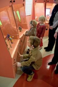 Vapriikin Aika leikkiä -näyttelyssä on lapsille näkemistä ja tekemistä. (Kuva Marika Tamminen.)