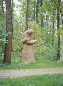 Kariniemenpuistosta löytyy 12 taiteilija Olavi Lanun tekemää betonipatsasta.