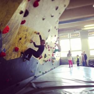 Kuopion kiipeilykeskus VOEMAssa lapsetkin pääsetvät kiipeilemään seinille.