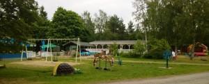 Top Camping Vaasan leikkipaikka ja taustalla keittiörakennus