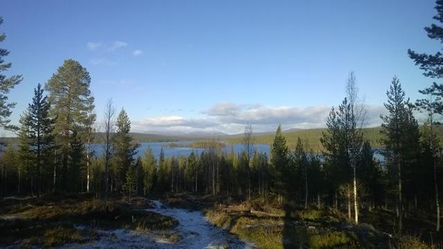 Särkijärven näköalapaikka. Edessä näkyy Särkijärvi saarineen ja taustalla Pallas- ja Keimiötunturit.
