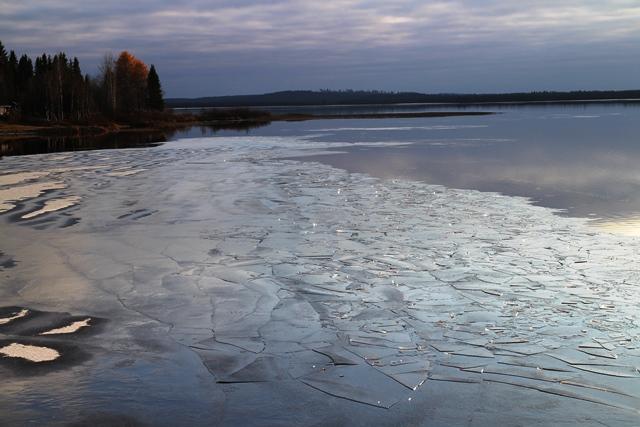 Tien toisella puolella oleva Ylinen Utkujärvi on jo osittain jäässä.