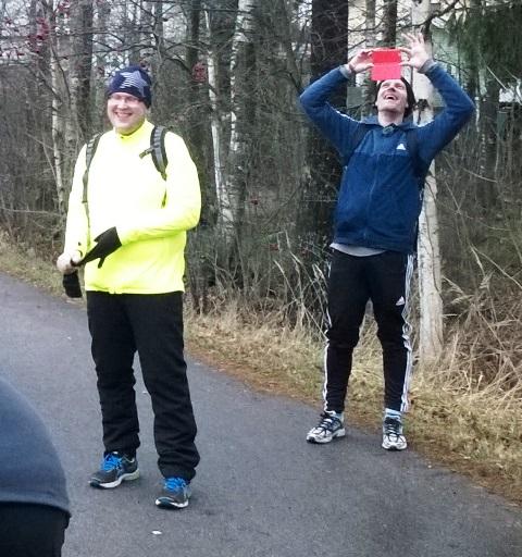 Pekka Tetri (vas.) ja Ylen toimittaja Tero Karhu.