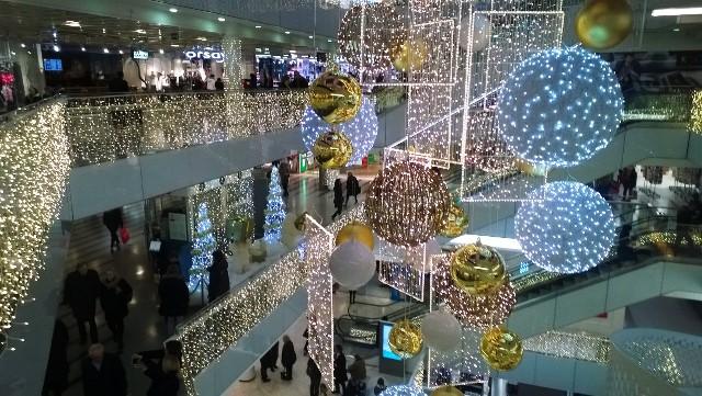 Kauppakeskuksissa on valoa ja tunnelmaa joulunaikaan. Kuva: KivaaTekemistä.fi