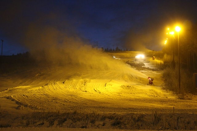Riihivuoren loivempien itärinteiden lumetus käynnissä. Kuva: KivaaTekemistä.fi
