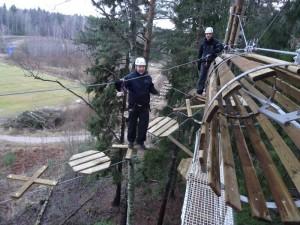 Radat valmistuivat joulukuussa. Jari (vas.) ja Teemu testikierroksella. Kuva: www.seikkailupuistohuippu.fi