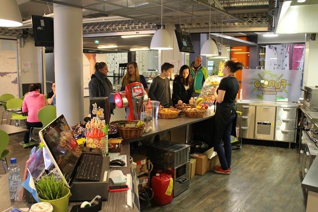 FunGo on suosittu ruokapaikka. Sieltä voi myös tilata ruokia Salmisaaressa järjestettäviin tilaisuuksiin lasten synttäreistä yritystilaisuuksiin sekä Salmisaaressa treenaaville ryhmille. Kuva: KivaaTekemistä.fi