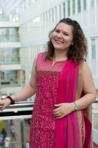 Bollywood-tanssiohjaaja Ekaterina muistuttaa hymyilyn olevan tärkeä osa tanssia.