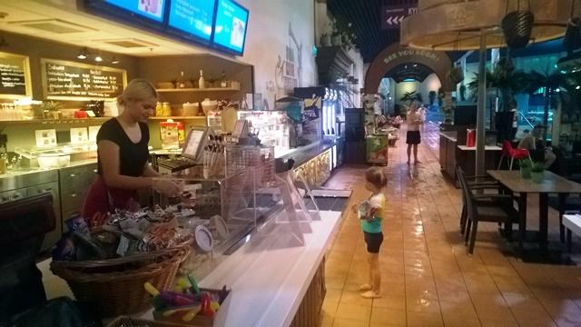 Ravintola Spa Cafessa saa monenlaista purtavaa. Kuvassa kahvilan työntekijä Iida ja hodaria malttamattomana odottava Eetu. Kuva: KivaaTekemistä.fi