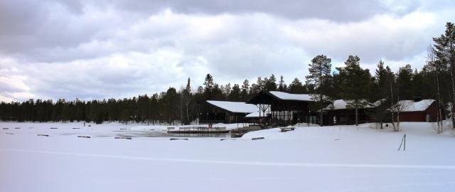 Hotelli Jeriksellä voi sesongin aikana käydä hiihtoreissun päätteeksi savusaunassa ja pulahtaa avantoon. Kuva: KivaaTekemistä.fi