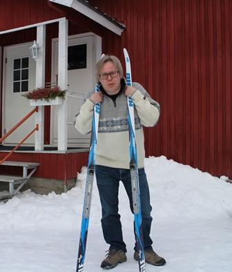 Muoniossa perheineen lomaileva Mika Särkijärvi on innostunut maastohiihdosta enemmän, kun välineet ovat kehittyneet paremmiksi. Kuva: KivaaTekemistä.fi