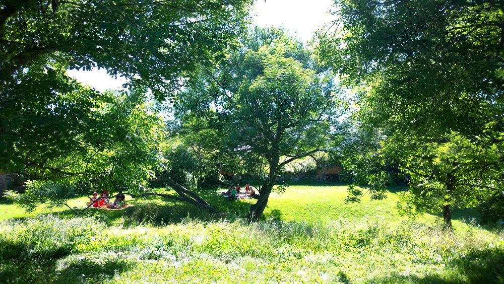 Kauniit, hyvin hoidetut puistot houkuttelevat viettämään kesäpäivää. Kuva: Skafur-Tour, kesä 2014.