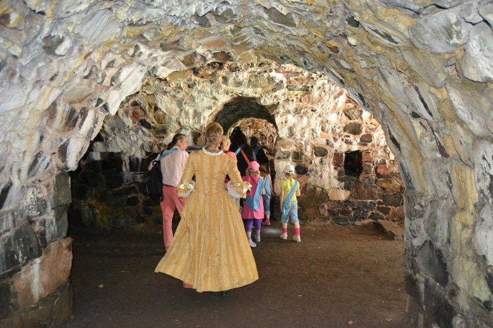 Ulrika-neiti matkalla Kunnian kasematteihin. Kuva: Skafur-Tour, kesä 2014.