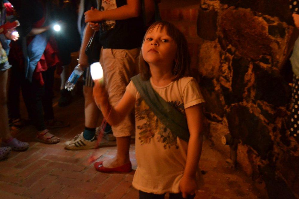Mukaan otetulle taskulampulle on käyttöä bastionin pimeissä luolissa. Kuva: Skafur-Tour, kesä 2014.