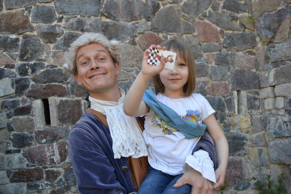 Piirustukset ovat löytyneet ja Sofia on saanut löytöpalkkionsa. Kuva: Skafur-Tour, kesä 2014.
