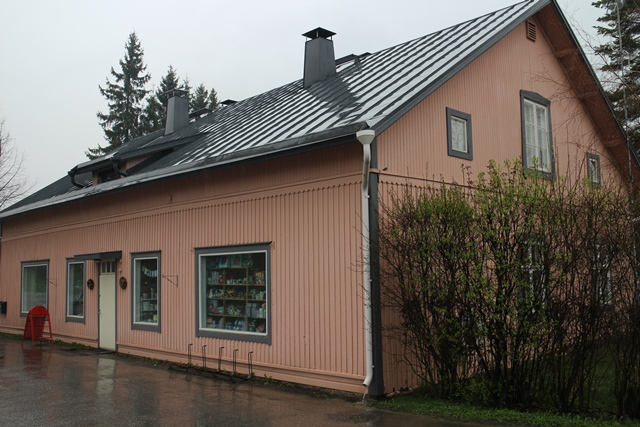 Iittalan Kirja ja paperi sijaitsee vanhassa vaaleanpunaisessa talossa. Kuva: KivaaTekemistä.fi