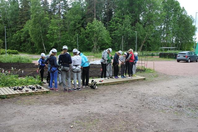 Varusteiden kiinnitys tarkistetaan seikkailuohjaajien toimesta. Kuva: KivaaTekemistä.fi