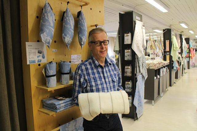 """""""Tämä on se juttu."""" Timo esittelee pellavafroteepyyhettä. Pellavapyyhe kestää, se on imukykyinen, eikä ala haista kosteana tunkkaiselta käytön jälkeen. Pellavapyyhe pestään väljässä vedessä. Kuva: KivaaTekemistä.fi"""