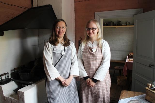 Museo-opas Tarja Ketola ja kesälomittaja Maria Oksanen. Kuva: KivaaTekemistä.fi