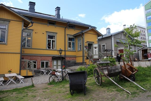 Vanha synnytyslaitos on putiikkeja pullollaan, harmaassa rakennuksessa Lankapuoti TitiTyy. Kuva: KivaaTekemistä.fi