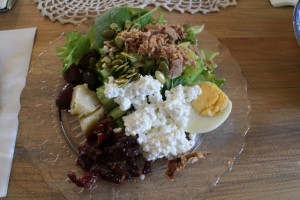 Runsaan salaattipöydän antimia.