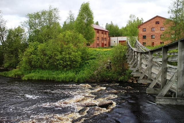 Tehdasrakennuksen takaa löytyy vanha, Jalasjoen ylittävä riippusilta. Kuva: kivaaTekemistä.fi