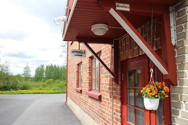 Idyllinen tehtaanmyymälä on auki myös kesälauantaisin. Kuva: KivaaTekemistä.fi