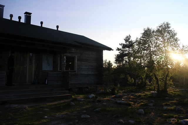 Kaunis ilta-aurinko Hannurun varaustuvan edustalla. Kuva: KivaaTekemistä.fi