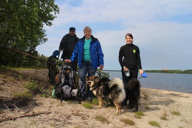 Niemisten perheen Asko, Marketta ja Jenni sekä koirat Tinja ja Taiga. Kuva: KivaaTekemistä.fi