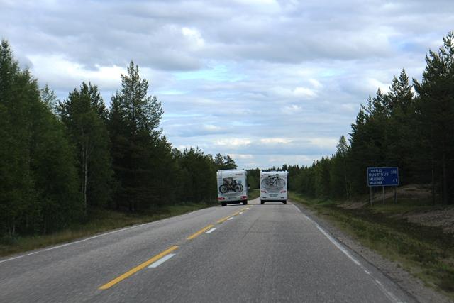 Matkailuauto on tuttu näky Enontekiöllä. Enontekiön toinen virallinen kieli on saame, minkä huomaa hyvin myös tienvarsikylteistä. Kuva: KivaaTekemistä.fi