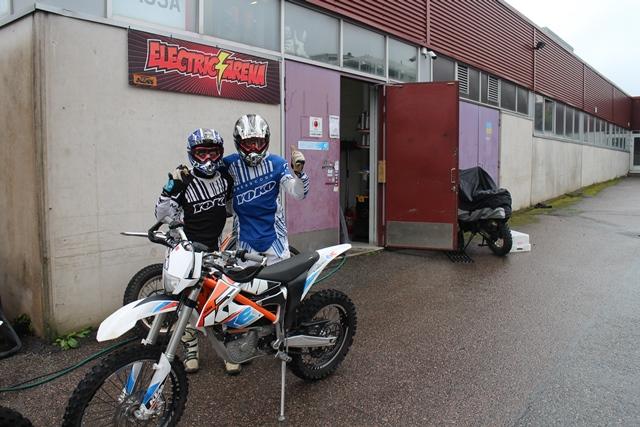 Electric Arena, Kirkkonummi. Sari (vas.) ja Henri lähdössä radalle. Kuva: KivaaTekemistä.fi