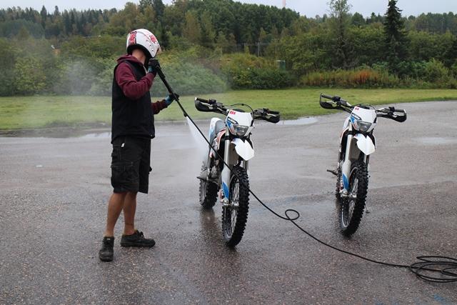 Pyörät pestään painepesurilla käytön jälkeen. Kuva: KivaaTekemistä.fi
