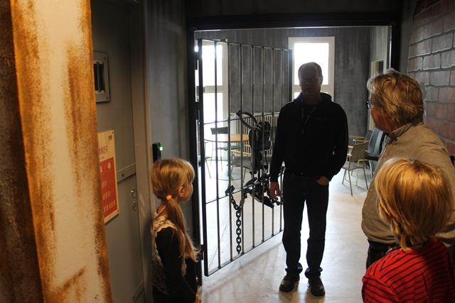 Seikkailuyrittäjä Antti Hannikainen kertoo Prison Islandin saaneen alkunsa kahden ruotsalaisen sähköinsinöörin ideasta vuonna 2004. Kuva: KivaaTekemistä.fi