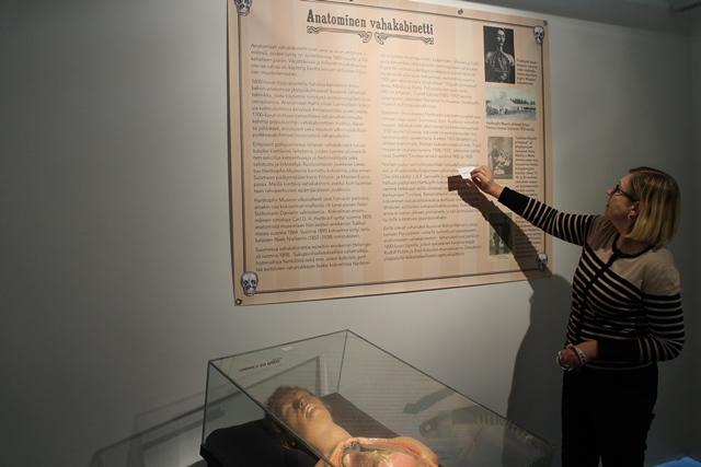 Sinkan museojohtaja Leena Karttunen kertoi meille Sariolan tivolin anatomisesta vahakabinetista. Vahanukkekokoelma oli viimeisen kerran esillä  Karhumäen Tivolissa keväällä 1944. Nukkeja oli erilaisia. Sukupuolisairauksia esittävät nuket oli tarkoitettu lomille lähtevien sotilaiden sukupuolivalistukseksi. Kuva: KivaaTekemistä.fi