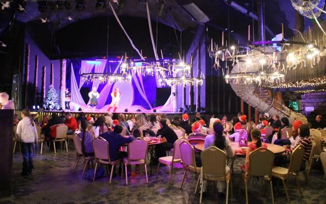 SantaParkin viihtyisässä ravintolassa pystyi seuraamaan ruokailun lomassa tanssiesitystä. S Kuva: KivaaTekemistä.fi