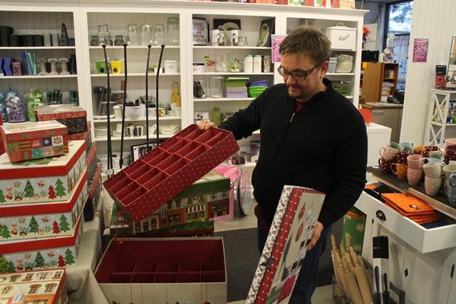 Markus esittelee upeita Tri-Coastal Design -sisustuslaatikoita. Kuvan kaksikerroksisessa laatikossa voi säilyttää joulukoristeita. Kuva: KivaaTekemistä.fi