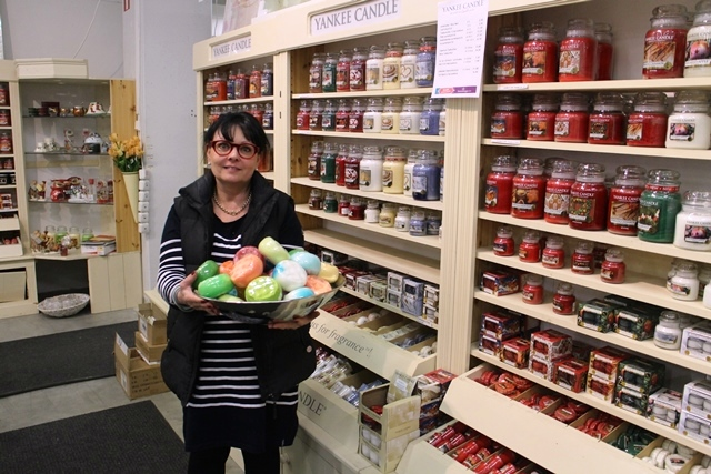 Anne pitelee käsissään Hamptonin käsintehtyjä hierovia tuoksusienisaippuoita. Saippuat ovat lumoavan tuoksuisia ja vaahtoavat runsaasti. Kuva: KivaaTekemistä.fi