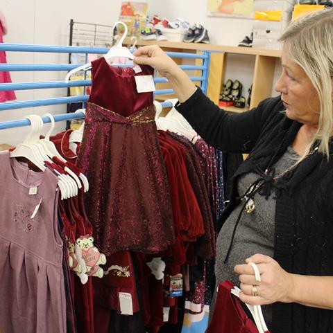 Anne esittelee tyttöjen jouluisia mekkoja. Kuva: KivaaTekemistä.fi