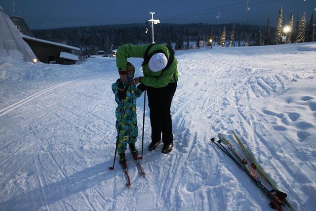 Eetu halusi hiihtämään. Liki 20 asteen pakkanen ei haitannut. Kuva: KivaaTekemistä.fi