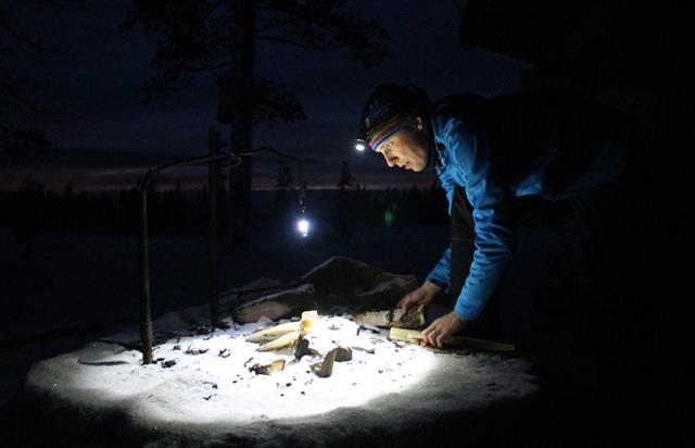 Olosvuoman laavulla näki hyvin tehdä nuotion otsalampun valossa. Kuva: KivaaTekemistä.fi