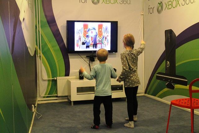 Kinect for Xbox 360 -laitteessa peliä hallitaan oman kehon avulla. Kuva: KivaaTekemistä.fi