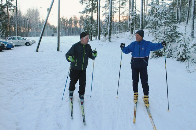 Tapasimme ladulla sattumalta Muuramen kunnanjohtajan Ari Ranta-ahon (oik.) ja Kauko Oksasen. Ari kertoi, että latuverkosto koostuu kahdesta 2,5 kilometrin lenkistä 9-tien molemmin puolin sekä 5 kilometrin upeasta harjulenkistä. Kuva: KivaaTekemistä.fi