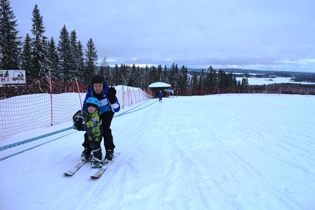 Kivointa Eetun mielestä oli lumilautailu ja naruhissi, jolla Eetu meni iskän kanssa. Kuva: KivaaTekemistä.fi