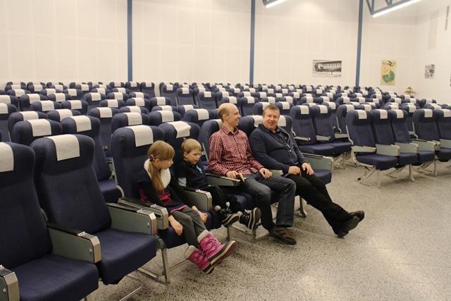 Ilmailumuseon auditorio. Henrit lähdössä lentoon Blue1:n koneen penkeillä. Kuva: KivaaTekemistä.fi
