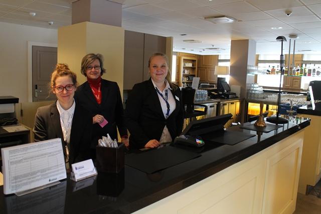 Hämeenkylän kartanon iloiset työntekijät Maija ja Jenna, keskellä hotellin johtaja Synne Nordström. Kuva: KivaaTekemistä.fi