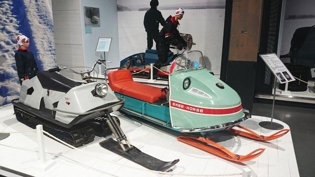Näyttelyn namupalat - Terhi 10 ja Skee-Horse. Taustalla Larven. Kuva: Santa's House of Snowmobiles
