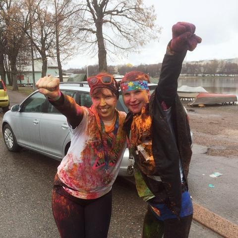 Supermieeeeeeeeees! Supernaiset Sari (vas.) ja Emma. Kuva: KivaaTekemistä.fi