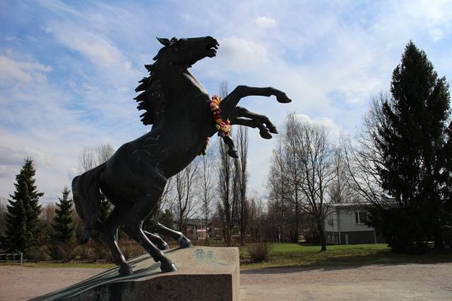 Orimattilan keskustassa sijaitseva hevospatsas oli juuri saanut seppeleen paikkakunnan lapsilta. Kuva: KivaaTekemistä.fi