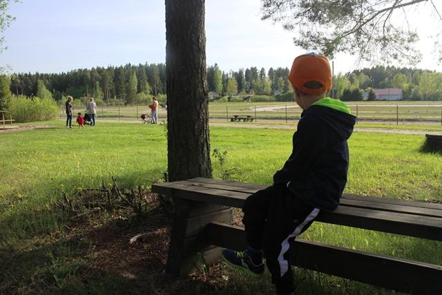 Orimattilan luonnonläheisessä kotieläinpuistossa on kiva viettää kesäpäivää. Taustalla ravirata. Kuva: KivaaTekemistä.fi
